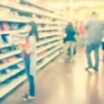 mujer-comprando-con-la-tarjeta-verde-alimentar-plan-mas-vida
